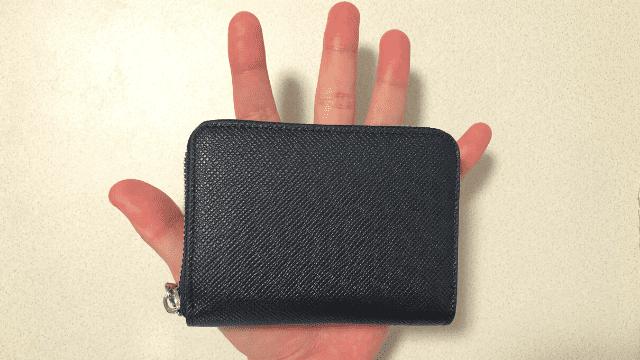ミニ財布を手のひらに乗せた際のサイズ感
