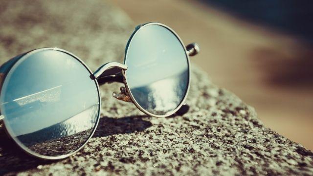 コンクリートの上に置かれたサングラス